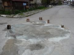 Закърпване на дупки от граждани - с цимент и пясък