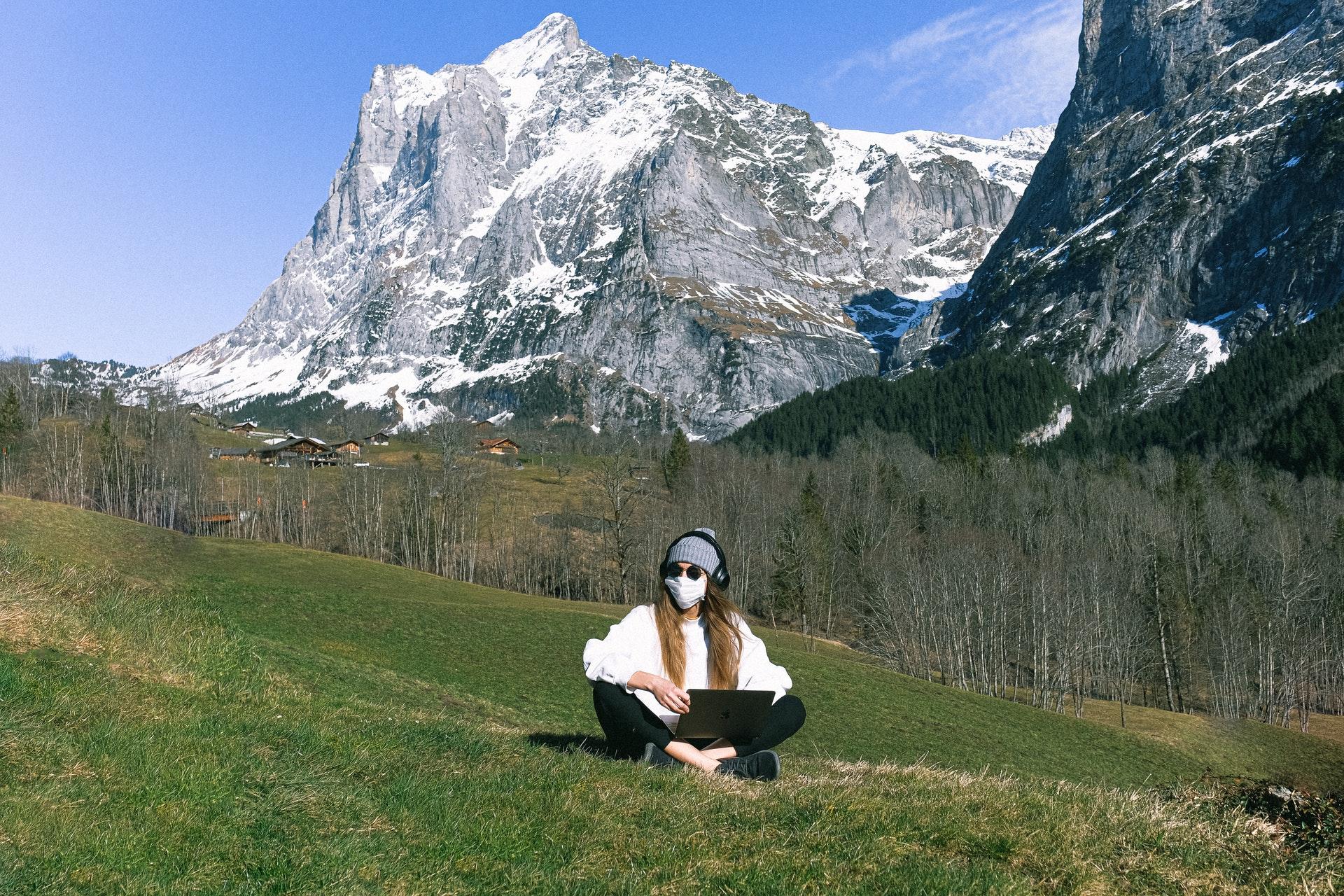 С маска в планината!